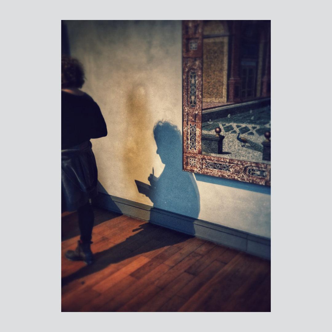 Nguyen-Michael-Kunsthistorikerin-im-Museum-Foto-a.LW-120-x-80-490E.jpg